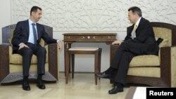 """Al-Assad (al lado izquierdo en la foto) habría hecho """"compromisos positivos"""" respecto de las solicitudes del presidente del CICR (a la derecha)."""