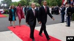 Tổng thống Obama và Tổng thống Mexico Felipe Calderon (trái)