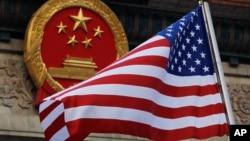 在美國總統2017年11月9日訪問北京期間美國國旗在北京人大會堂前飄揚。