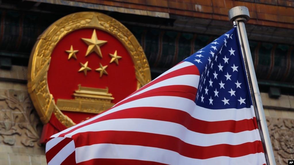 特朗普总统2017年访华时悬挂的中国国徽与美国国旗