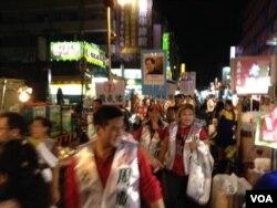 竞选台北市议员的候选人扫街拜票。(美国之音许波拍摄)
