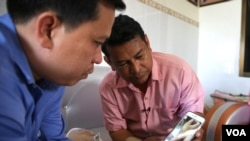 Nhay Chamroeun, a CNRP lawmaker from Kampong Cham province, shows his surgery scar to VOA Khmer reporters on Thursday, November 26, 2015. He and lawmaker Kong Sophear were brutally attacked last month in front of Cambodia's National Assembly in Phnom Penh, Cambodia. (Neou Vannarin/VOA Khmer)