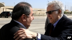 21일 이라크를 방문한 라크다르 브라히미 유엔-아랍연맹 시리아 특사가 바그다드 공항에서 호시야르 제바리 이라크 외무장관의 환영을 받고있다.