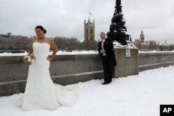 倫敦一對新人在嚴寒下結婚