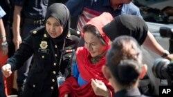 Bà Rosmah Mansor, ở giữa, phu nhân cựu Thủ Tướng of Najib Razak, tới trụ sở Cơ quan chống Tham nhũng để bị thẩm vấn, Ảnh chụp tại Putrajaya, Malaysia, ngày 5/6/2018. (AP Photo/Vincent Thian)