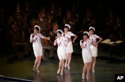朝鲜牡丹峰乐团在平壤演出(2015年10月11日)。