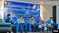 Para pembicara acara Diskusi KNPI di Jakarta, Senin (29/2), dari kanan: Maman Imanul Haq (anggota DPR), Sidney Jones (Direktur IPAC), Muhammad Nurkhoiron (Komisioner Komnas HAM) (VOA/Fathiyah).