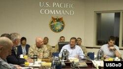 Bộ trưởng Quốc phòng Mỹ Leon E. Panetta và Trung tướng Thomas Conant tại Trụ sở Bộ tư lệnh Thái Bình Dương.