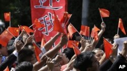 Dân Trung Quốc biểu tình bên ngoài Đại sứ quán Nhật Bản tại Bắc Kinh