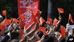 12일 중국 베이징 주재 일본 대사관 앞에서 벌어진 영유권 분쟁 관련 항의 시위.