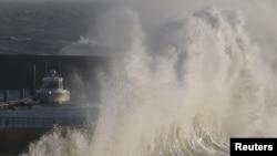 Gelombang tinggi menabrak dinding pelindung di pelabuhan nelayan di Pornic, Perancis saat badai Carmen menyerang pantai Atlantik Perancis, 1 Januari 2018. (Foto: dok).