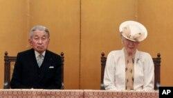 Kaisar JepangAkihito didampingi permisuriMichiko di Tokyo, 19 September 2017. (AP Photo/Eugene Hoshiko)