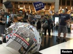 台湾民众在台北火车站集会支持香港抗议港版国安法的示威者。(2020年5月23日)