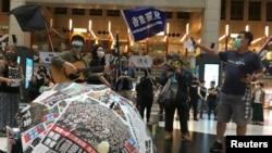 Người Đài Loan mang biểu ngữ ủng hộ những người biểu tình đòi dân chủ ở Hong Kong tại một nhà ga ở Đài Bắc vào ngày 23/5/2020.