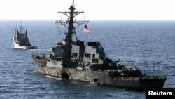 Kapal perang USS Cole di pelabuhan Aden, Yaman, yang terkena serangan bom pada 29 Oktober 2000.