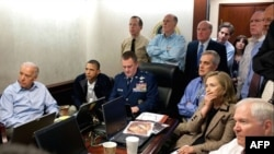 """Predsednik Barak Obama sa svojim timom za nacionalnu bezbednost pratio je napad na kompleks Osame bin Ladena iz """"Sobe za vanredne situacije"""", u Beloj kući (tajna dokumenta koja se vide na slici namerno su izbrisana)"""