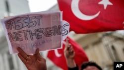 一群土耳其人2017年3月12日在伊斯坦布尔的荷兰领事馆外抗议
