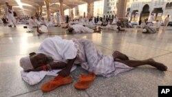 مسجد نبوی کے فرش پر ایک مسلمان نیند سے محظوظ ہوتے ہوئے۔
