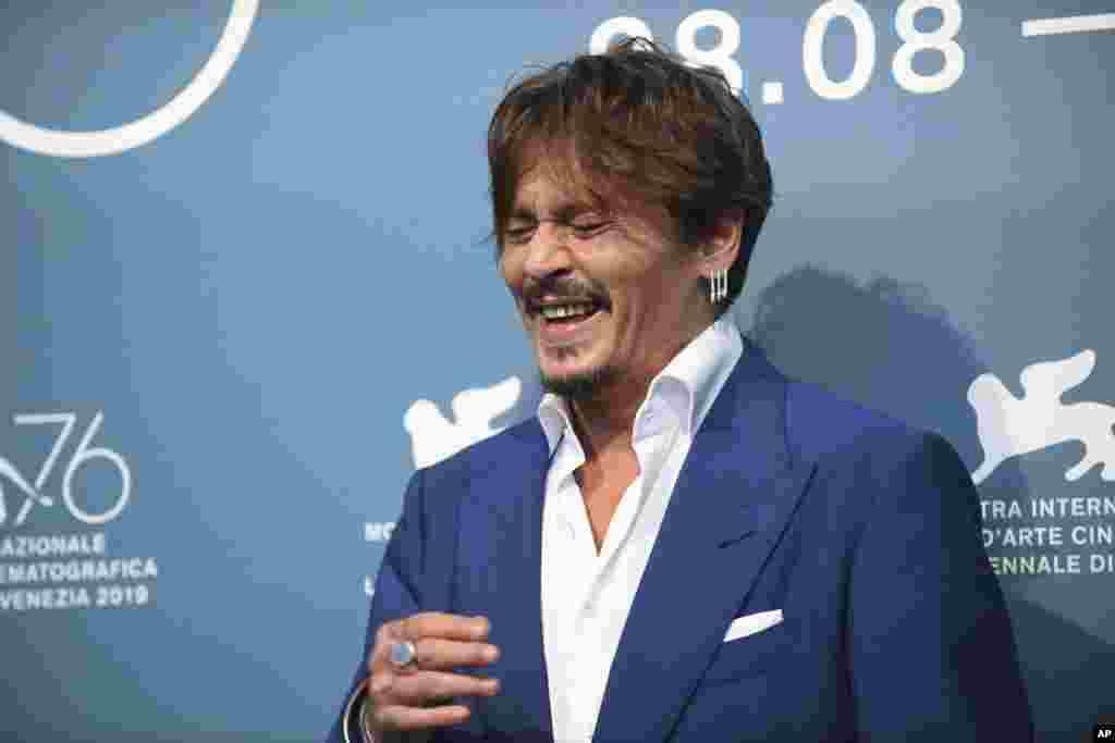 جانی دپ بازیگر ۵۶ ساله آمریکایی امسال در فستیوال فیلم ونیز، با فیلم «در انتظار بربرها» حضور یافته است.