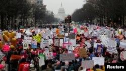 İnsanlar üçüncü Qadınların Marşında iştirak edir. 19 yanvar 2019.