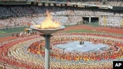 1988년 서울올림픽 개막식에서 성화가 불타오르고 있다.