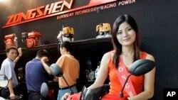 Một người mẫu quảng cáo cho xe máy Zongshen của Trung Quốc tại hội chợ triển lãm ô-tô ở Hà Nội, Việt Nam năm 2008 (ảnh tư liệu ngày 11/6/2008)