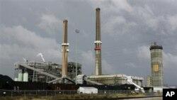 Sebuah pabrik pengolahan batubara di wilayah tepi barat sungai Susquehana, Philadelphia (foto: dok). Untuk pertama kalinya, para delegasi dai 140 negara mencapai kesepakatan dalam pembatasan penggunaan merkuri, Sabtu (19/1) di Jenewa.