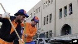 사건현장을 정리하는 이라크 노동자들