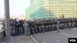 俄罗斯同样大幅增加警察和安全情报机构经费。2012年5月6日普京就职总统前夕莫斯科爆发大规模反政府示威,警察驱散示威者。 (美国之音白桦拍摄 )