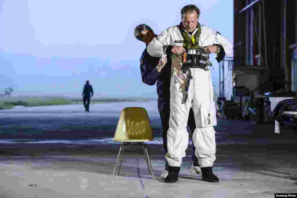 Пілот в процесі підготовки до перельоту з Мадриду до Марокко, 24-те травня, 2012. (Jean Revillard/Rezo.ch)