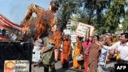 Para warga India yang selamat dari tragedi Bhopal melakukan unjuk rasa dengan membakar patung di Bhopal, Selasa (2/12).