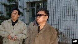 뇌졸중 회복 후 모습을 드러낸 김정일 국방위원장