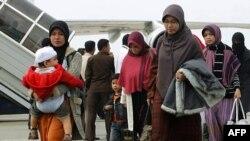 Người Indonesia được sơ tán từ Ai Cập, đến sân bay Sukarno-Hatta ở Jakarta, 2/2/2011