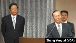 台湾海巡署长王进旺(中立者)在立法院接受质询(美国之音张永泰拍摄)