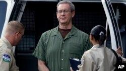 R. Allen Stanford custodiado en una corte de Houston.