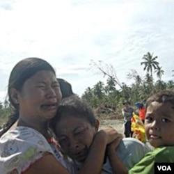 Para korban selamat bencana tsunami di Mentawai.