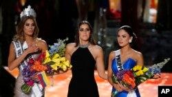 Miss Filipinas, Pía Alonzo Wurtzbach recibió con sorpresa la corona como Miss Universo 2015 de manos de la colombiana Paulina Vega, Miss Universo 2014.
