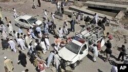 救援人員忙於清理爆炸現場。