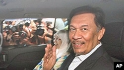 Malaysian opposition leader Anwar Ibrahim leaves the High court in Kuala Lumpur on February 8, 2010