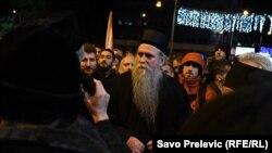 Episkop budimljansko-nikšićki Joanikije tokom protesta ispred Skupštine Crne Gore u Podgorici (Foto: RFE/RL/Slavko Prelević)