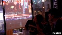 싱가포르 미-북 정상회담이 열린 지난달 12일 미국 뉴욕 맨해튼 코리아타운의 한 음식점에서 사람들이 관련 TV 뉴스를 보고 있다.