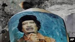 길바닥에 버려진 리비아의 가다피 초상
