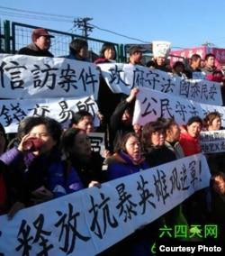 北京访民抗议遭暴力 (天网提供)