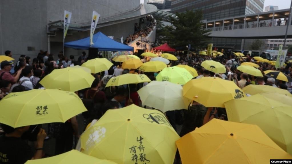 香港民众政府总部外集会撑起象征雨伞革命的黄伞,纪念争取真普选的雨伞运动4周年。 (2018年9月28日苹果日报图片)