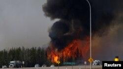 Gusti dim kraj autoputa 63 u kanadskoj provinciji Alberta u blizini Fort Mekmarija