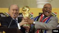 Presiden Afrika Selatan Jacob Zuma (kanan) bersama Presiden FIFA Joseph Blatter di Pretoria, Afrika Selatan.
