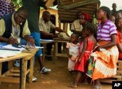 Des réfugiés ivoiriens à leur arrivée à Loguatuo, au Liberia