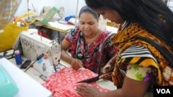 Phụ nữ làm việc trong một xưởng may nhỏ được điều hành bởi những nạn nhân sống sót từ vụ sụp tòa nhà Rana Plaza ở Dhaka.