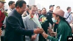 2020年2月14日柬埔寨总理洪森向威士特丹游轮乘客送鲜花。