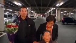 中国维权人士陈光诚的哥哥和母亲抵达美国